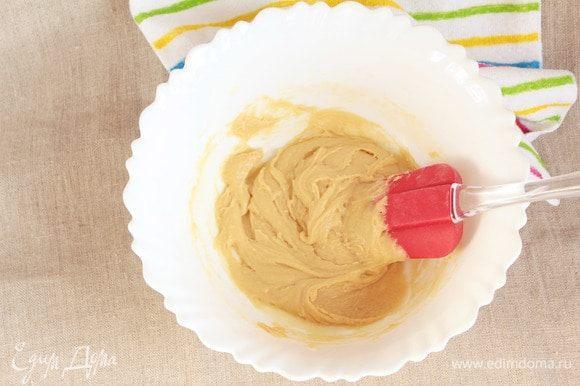 Ввести в яично-масляную смесь предварительно просеянную пшеничную муку. Вымешать лопаткой однородное тесто.