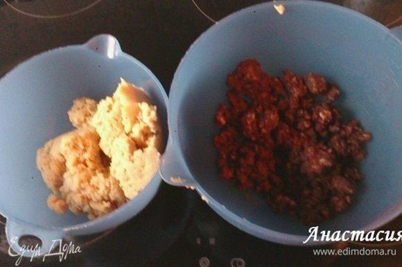 Тесто разделить на 2 части, во вторую часть добавить 1 ст. л. молока, какао и 1 ч. л. сахара, перемешать. Получилось темное и светлое тесто.