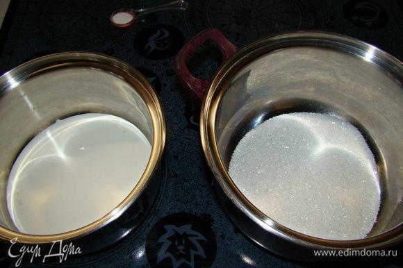 В сотейник насыпать сахар и поставить на средний огонь. Одновременно в другой сотейник налить сливки и поставить на огонь. Их необходимо довести до кипения, но не кипятить.