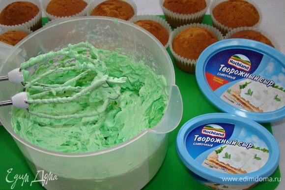 Добавить пару капель пищевого красителя и еще раз взбить до однородного цвета.