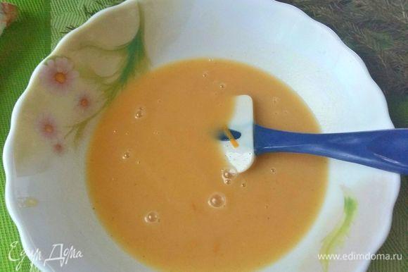 К молочно-сливочной смеси добавить сахарную смесь.