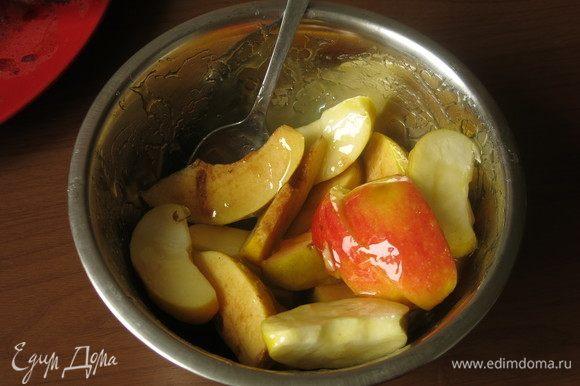 Фрукты можно залить сладким соусом (у меня мангово-ананасный соус) или сладким вином. Этого шага не было в исходном рецепте.