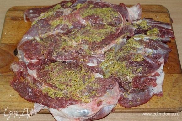 Для начала необходимо у лопатки вырезать кость, раскрыть мясо как книжку. Мясо отбить, посолить, поперчить с двух сторон, смазать горчицей.