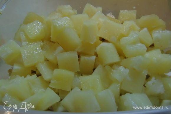 С консервированного ананаса слейте сироп, добавьте в салат.