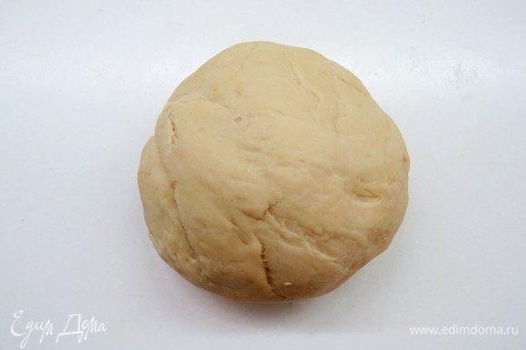 Тесто не должно прилипать к рукам. Если тесто получается чересчур липким, то нужно добавить муки. Если же тесто получается жестким, то нужно добавить воды. Накрываем тесто и оставляем в теплом месте на 1 час. Тесто должно увеличиться в 2 раза.