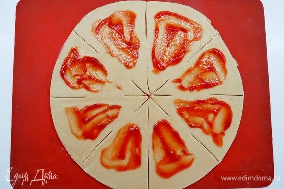 Должно получиться 8 треугольных секторов, каждый сектор аккуратно смазываем томатной пастой.