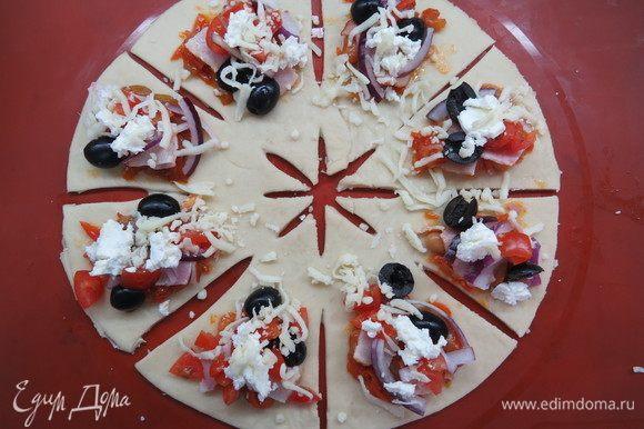 Сверху равномерно распределяем остальную начинку (бекон, лук, помидоры, фету), присыпаем тертой моцареллой, солим и перчим по вкусу.
