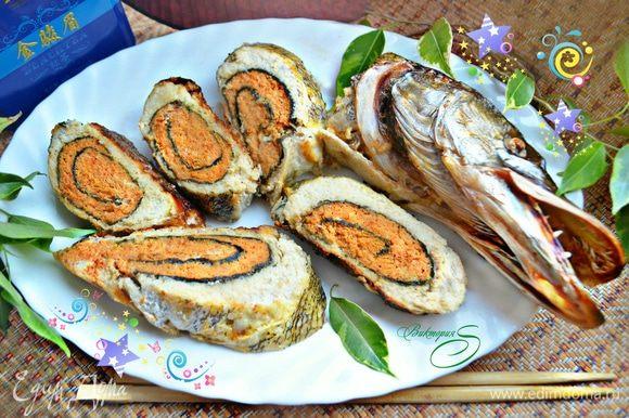 Готовую рыбу охладить, нарезать на кусочки и подавать в качестве холодной закуски или же основного блюда. Приятного вам аппетита!