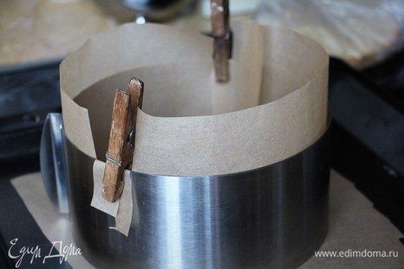 Духовку предварительно разогреть до 190°С. Форму выстелить бумагой или смазать кусочком сливочного масла.