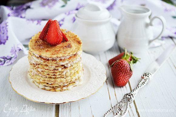 Сделайте тортики желаемой высоты и украсьте ягодами или сахарной пудрой.