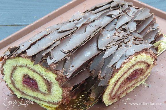 Сверху покрываем оставшимся кремом и затем шоколадной корой.