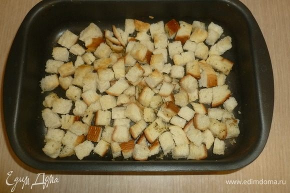 Хлеб разломать или нарезать на небольшие кусочки, выложить в форму, сбрызнуть маслом, посыпать солью, семенами фенхеля и листиками розмарина, хорошо перемешать. Поставить в духовку (200°C) на 10 минут.