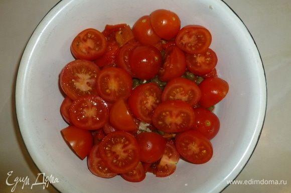 Добавить нарезанные помидоры. Заправить салат уксусом, маслом, посолить, поперчить по вкусу.
