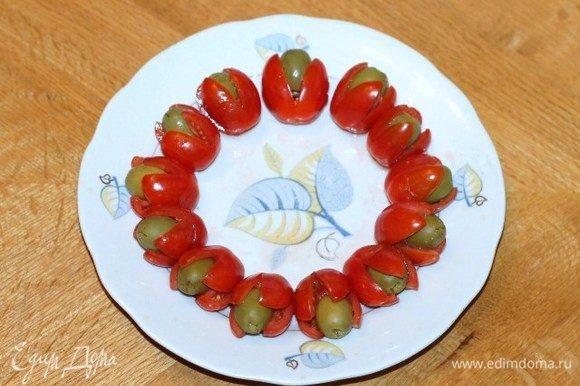 В каждом помидорчике черри (сверху) делаем острым ножиком крестообразный разрез. Кладем в разрез оливки б/к и маслины б/к, получается 18 шт.