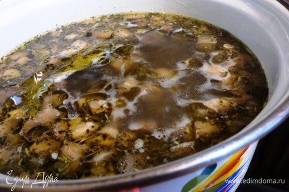 Ставим на огонь кастрюлю с водой. Когда закипит, добавим картофель кубиком и варим до полуготовности картофеля. Отправляем в кастрюлю обжаренные грибы и готовим еще 15-20 минут. Добавим перец горошком, по вкусу посолим.