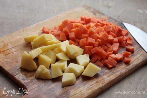 Посолите бульон по вкусу. Морковь и картофель нарежьте кубиками, опустите в рыбный бульон и варите до готовности. По желанию еще можно добавить стебель сельдерея.