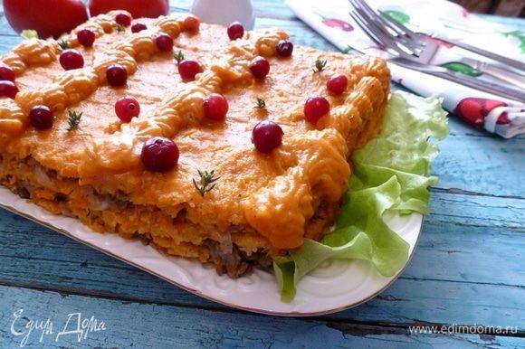 Смажьте закусочный торт тыквенным кремом, украсьте по вкусу.