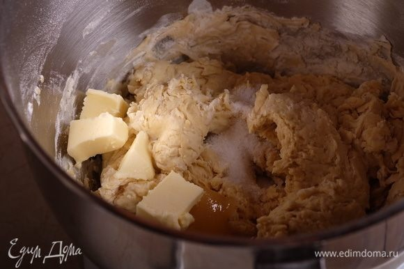 Добавить в тесто соль, мед и сливочное масло комнатной температуры.