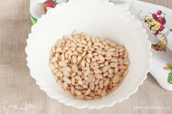 Готовую фасоль откинуть на дуршлаг, удалить лавровый лист, помидор, луковицу и перец.