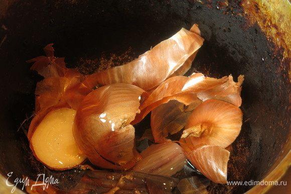 На дно казана кладем луковую шелуху, плавники. Наливаем немного масла, бросаем перец горошком, лавровый лист.