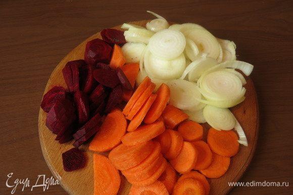 Нарезаем морковь, свеклу и луковицу. Количество овощей можно уменьшать - увеличивать, я люблю тушеные с рыбой овощи.