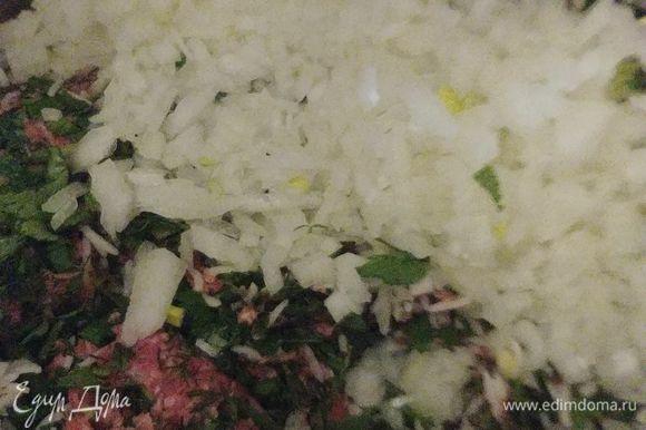 Затем добавляем мелко нарезанный лук (1 большую или 2 маленькие луковицы) и рис. Что касается риса, то я добавляю полу готовый. Хотя многие используют и сырой рис.