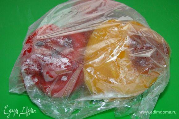 Затем перцы завернуть в пакет и дать остыть. Таким образом шкурка будет легко сниматься. Очищенные перцы нарезать на продолговатые ломтики.
