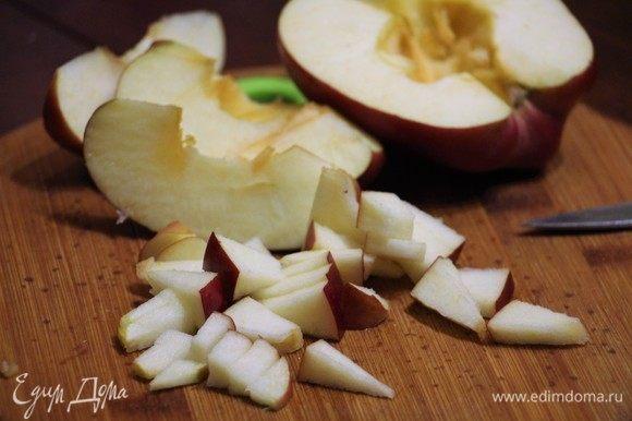 У яблока (используйте крупное) удалите сердцевину, нарежьте небольшими кусочками.