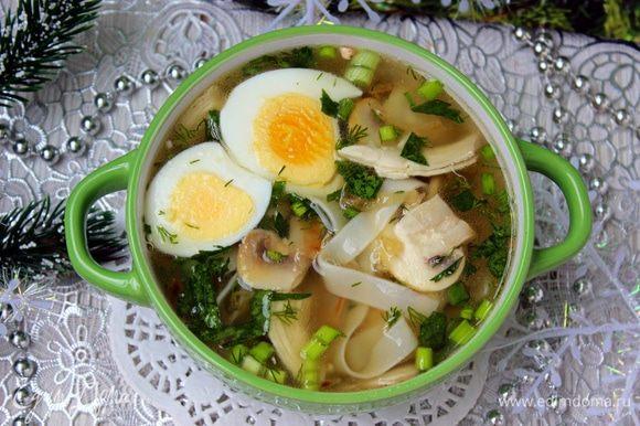 Налить суп в тарелки. Добавить ломтики вареного яйца. Приятного аппетита!
