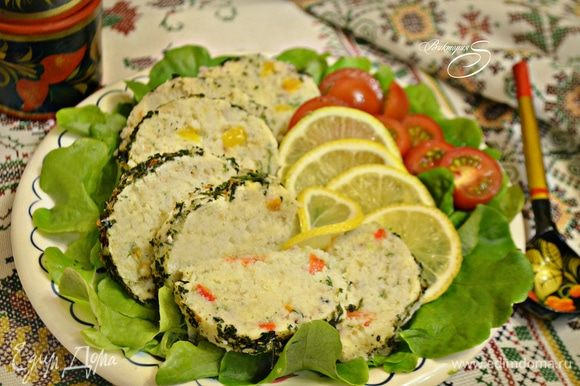 Выложить тельное на тарелку, украсив лимоном, зеленью и свежими овощами.