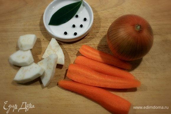 Разморозить в течении 5-6 часов в холодильнике нужное количество лосося и креветок. Очистить овощи для отваривания рыбы (я взяла 2 маленькие моркови). С луковицы желательно не снимать последний слой шелухи- она придаст бульону приятный оттенок.