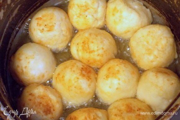 Масло разогреть в сковороде, но не сильно. Положить шарики, но не близко, так как они увеличатся. Обжарить под закрытой крышкой со всех сторон до румяной корочки. Примерно 10 минут.