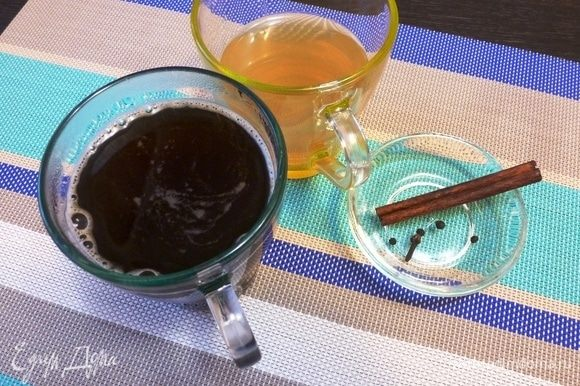 Приготовьте хороший ароматный кофе — сварите в кофе-машине, турке или навертите растворимый — как любите.