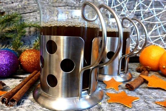Разлейте по бокалам (стаканам, чашкам и т.д.) и подавайте к столу. Отличный напиток для зимних вечеров!