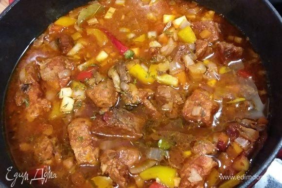Через 50 минут влить грибную, вино и бульон или воду и отправить обратно в духовку еще на 50 минут или до готовности мяса. Это значит, что через 50 минут нужно достать жаровню, проверить готовность мяса и если оно готово, то и блюдо готово. Если мясо еще жестокое, продолжить готовку. В конце тушения всыпать рубленую зелень, закрыть крышкой и оставить в покое на 20 мин.