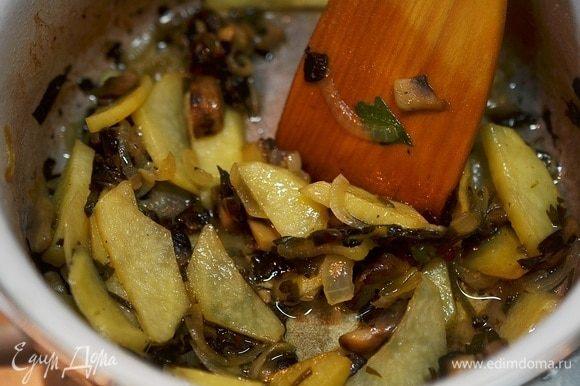 Когда овощи будут готовы, добавить обжаренный сахар и все перемешать.
