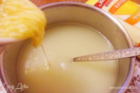 При активном помешивании постепенно струйкой влить яйца с сыром. Варить еще 3 минуты.