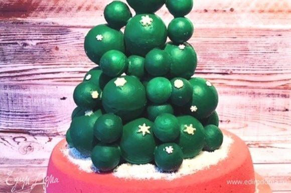Это мой малиновый торт, а сверху на нем красуется рождественская елка из шоколадных шаров. Этот декор требует тоже определенных навыков и специальных поликарбонатных форм для шоколада.