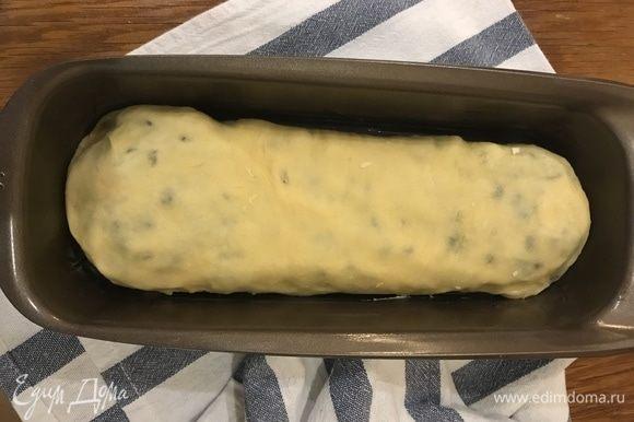 Выложите кекс в смазанную сливочным маслом форму, накройте пленкой и уберите опять в тепло на 40 мин.