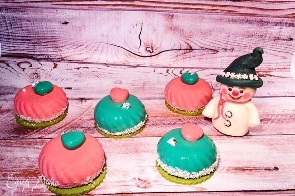 Малиновые пирожные и снеговик из шокомастики.