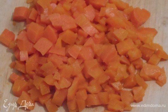 Картофель, морковь очистить, нарезать кубиком.