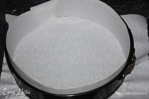 Прежде чем начать взбивать белки, нужно подготовить разъемную форму Ø 26 см (бока и дно формы выстилаем пергаментной бумагой).