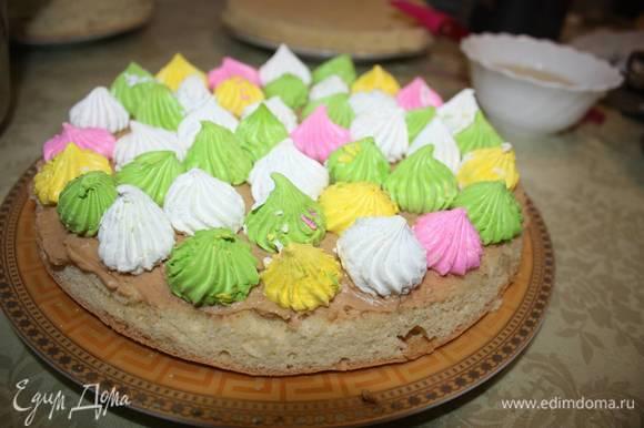 Смазываем кремом корж и выкладываем один слой разноцветного безе. Безе можно использовать готовое или приготовить самостоятельно.