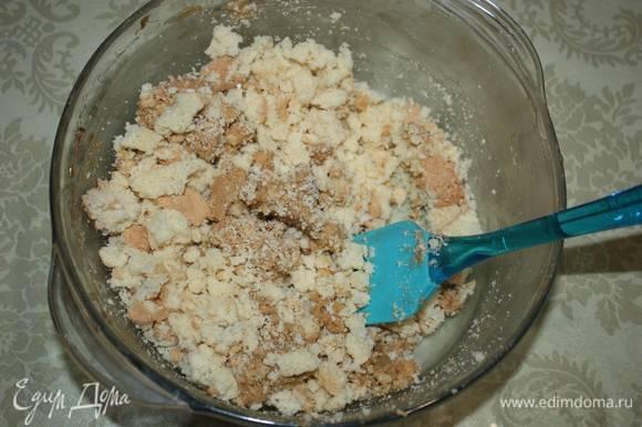 Обрезки от коржей нужно измельчить и смешать с оставшимся кремом. Из полученной массы сформировать основание для елочки. Нужно оставить немного крема, он понадобится для оформления елочки цветным безе.