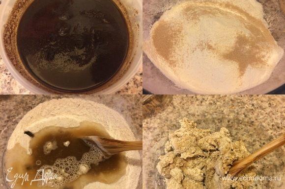 В миске смешать солод и 25 мл кипятка, перемешать и дать остыть. В миску просеять оба вида муки, добавить соль, сахар, дрожжи и перемешать. Затем добавить теплую воду 130 мл, солод и хорошо перемешать ложкой.