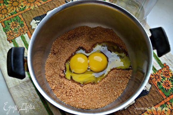 Яйца (только желтки) взбить с сахаром.
