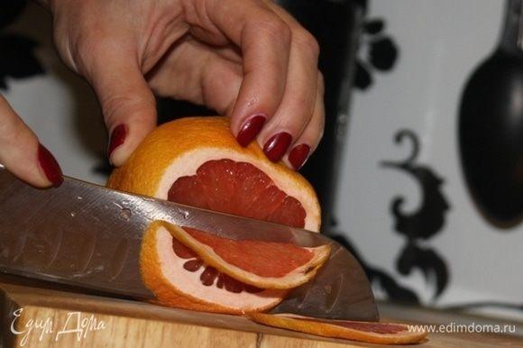 Пока пропитываются коржи кремом, хочу показать вариант декора для нашего медовика. Зимняя тема ассоциируется с уютом, пряностями и, конечно же, цитрусовыми! Для красивых сушеных грейпфрутов мне понадобится 1 грейпфрут, который нарезаем тонкими ломтиками и избавляемся от лишней влаги, промакивая салфетками. Далее выкладываем ломтики на пергамент и хорошо посыпаем сахарным песком. Отправляем сушиться в духовку при температуре 100–110°С минут на 40–60, но важно не пересушить, иначе они потемнеют. Время от времени открывайте духовой шкаф и проверяйте степень готовности, как раз лишняя влага будет быстрее испаряться через приоткрытую дверцу!