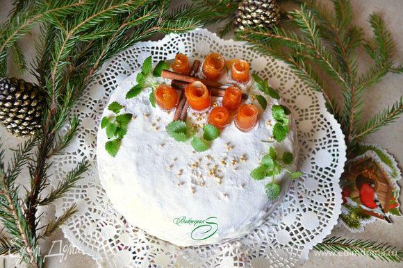 Готовый торт я припорошила сахарной пудрой и украсила апельсиновыми цукатами-завитушками, сахарными бусинками, корицей и мятой. Апельсиновые завитушки я готовила по рецепту Викули https://www.edimdoma.ru/retsepty/56672-varenie-apelsinovye-zavitushki-s-koritsey Вкусные, ароматные и красивые они прекрасно украсили этот тортик!