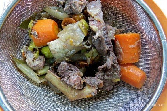 Процедить бульон от костей и овощей и убрать в холод на ночь. Вареную морковь оставить, она пойдет в рулетную начинку.