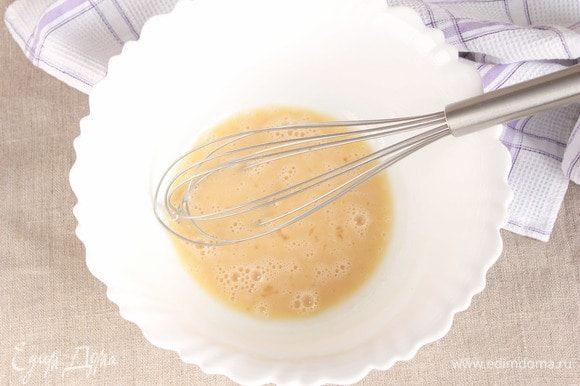 Теперь без фанатизма, можно даже обойтись столовой вилкой, взбить яично-сахарную смесь.